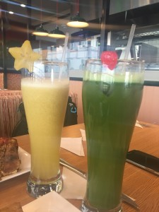 Sucos de Lulo e Herba Buena com água de coco e limon