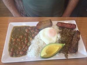 Prato típico colombiano: Badeja Paisa